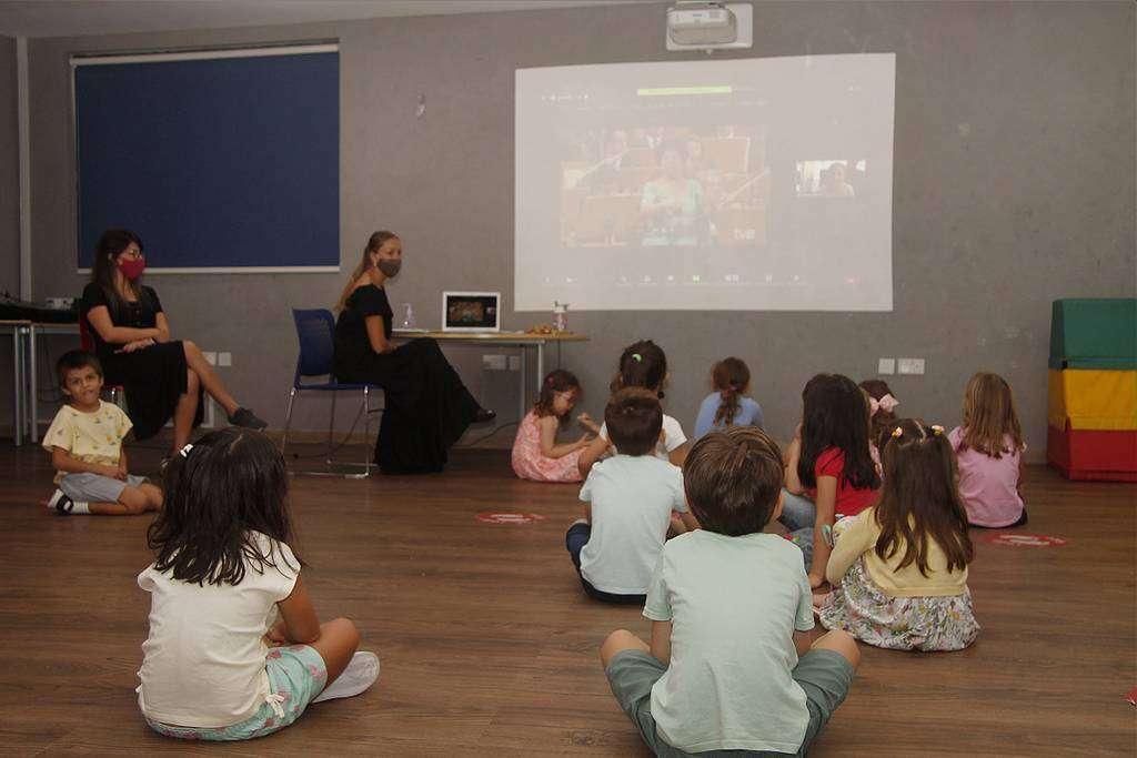 Alumnos de infantil asisten a una clase de cultura en el último durante la jornada de clausura del curso en El Cole. (EL CORREO)