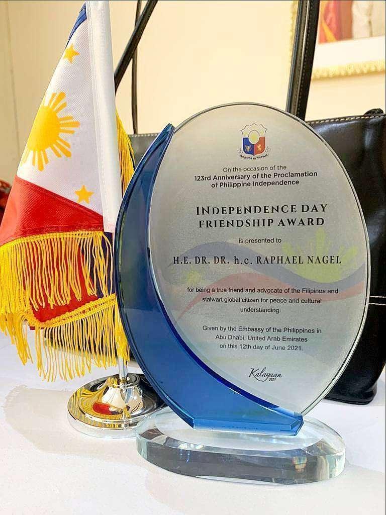 Detalle de la distinción recibida por Raphael Nagel en el trascurso de la celebración en Dubai del 123 Día de la Independencia de Filipinas. (Cedida)