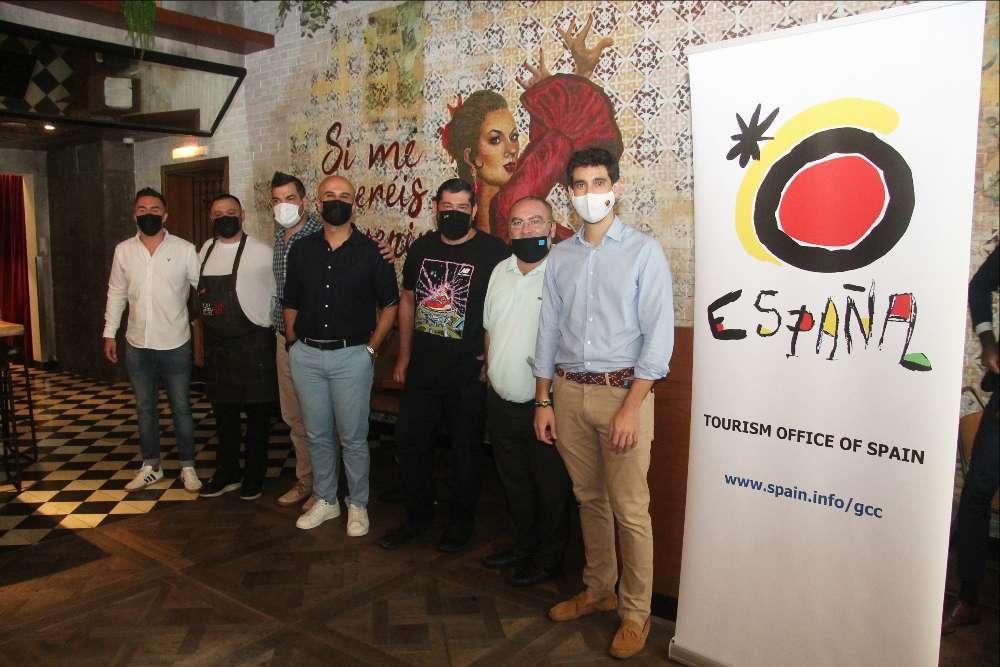 Daniel Rosado, director de la Oficina de Turismo de España en EAU -derecha-, junto a responsables de restaurantes participantes en la Semana de la Tapa. (EL CORREO)