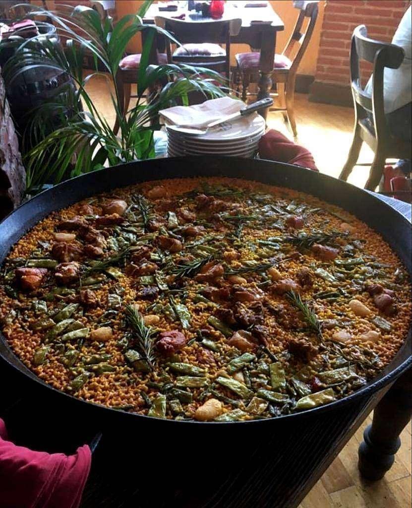 Espectacular paella valenciana servida en el restaurante Seville's de Dubai. (Cedida)
