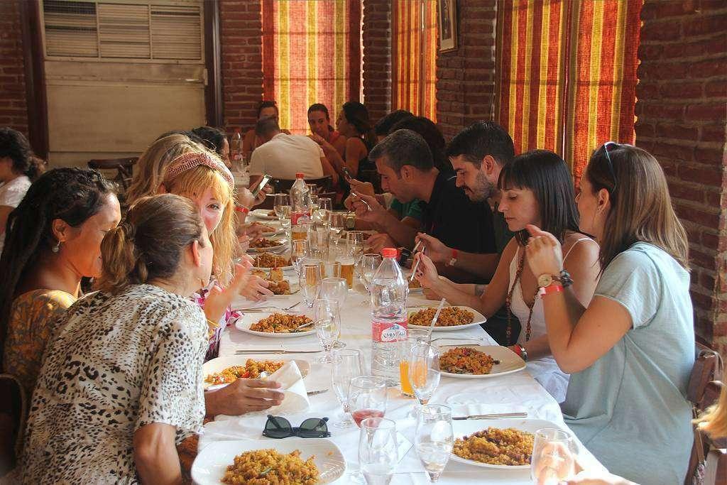 Comensales disfrutan de una auténtica paella valenciana en el Seville's de Dubai. (EL CORREO)