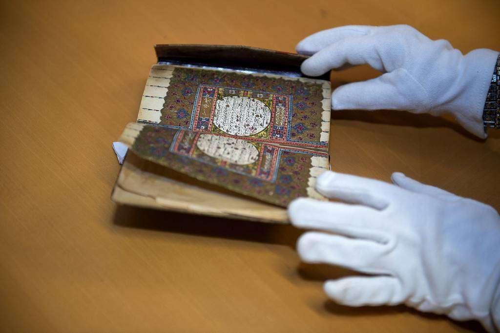 Valiosa publicación mostrada a la delegación de la Autoridad del Libro de Sharjah en la Biblioteca Islámica de Madrid. (Cedida)