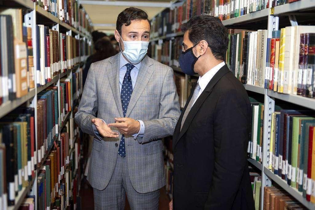 Guzmán Palacios -izquierda- junto a Ahmed bin Rakkad Al Ameri durante la visita a la Biblioteca Islámica de Madrid. (Cedida)