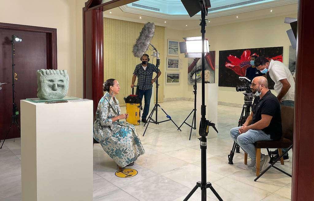 La embajadora de México, Francisca E. Méndez, es entrevista para la televisión momentos antes de la inauguración de la muestra. (EL CORREO)