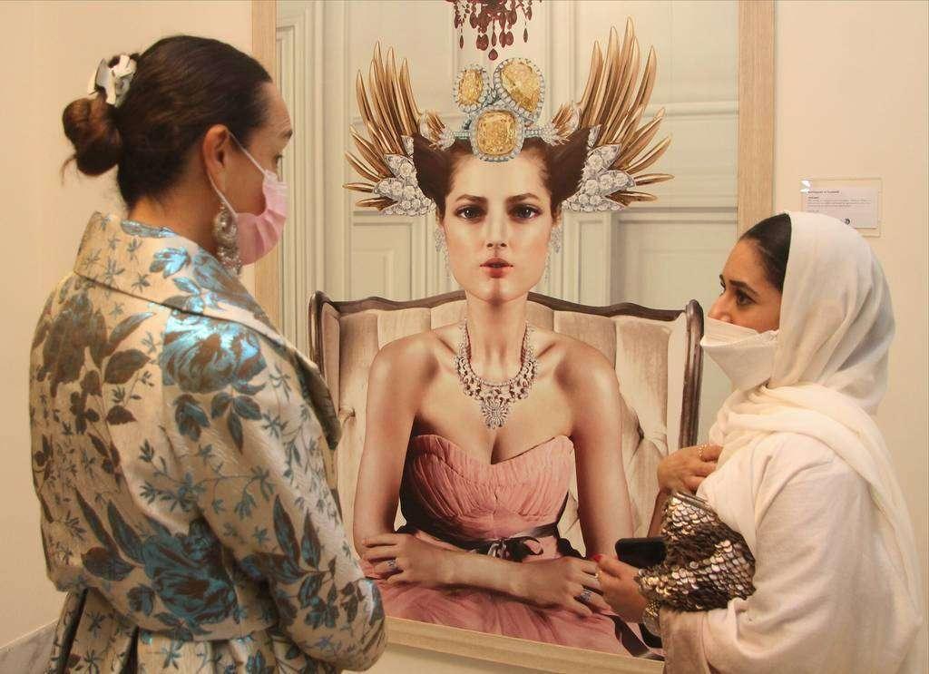 La embajadora Francisca E. Méndez -izquierda- conversa con la artista emiratí Sumayyah Al Suwaidi ante una de sus obras. (EL CORREO)