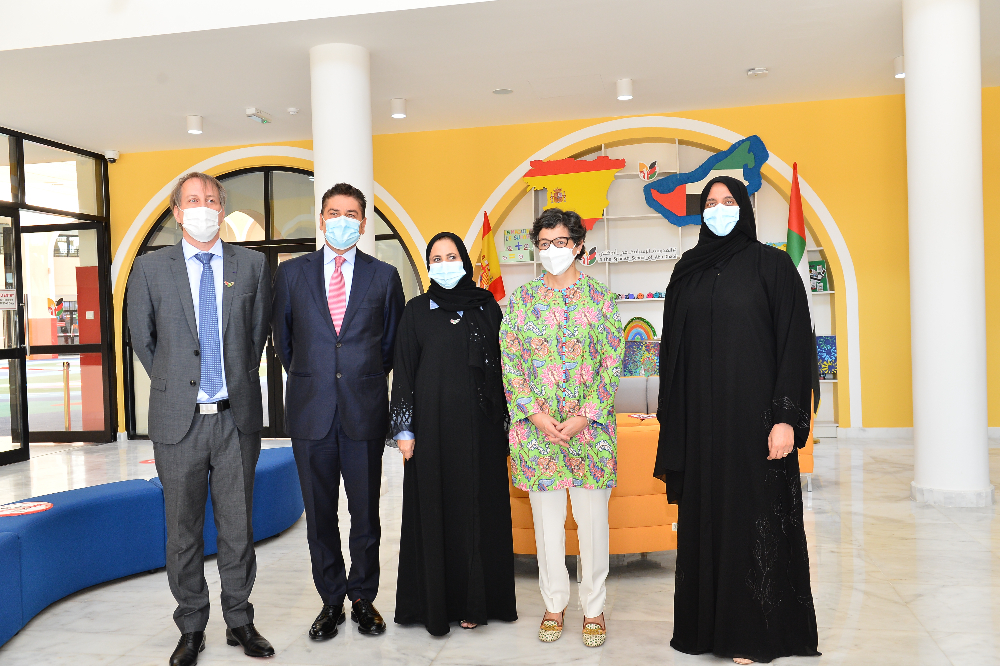 La ministra de Exteriores de España, Arancha Gonzáles Laya, junto a los responsables de The Spanish School of Abu Dhabi. (Manaf K. Abbas / EL CORREO)
