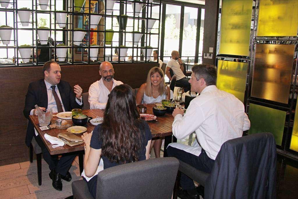 Comensales disfrutan de la comida de Boca en Dubai rodeados de un 'amoroso' ambiente. (EL CORREO)