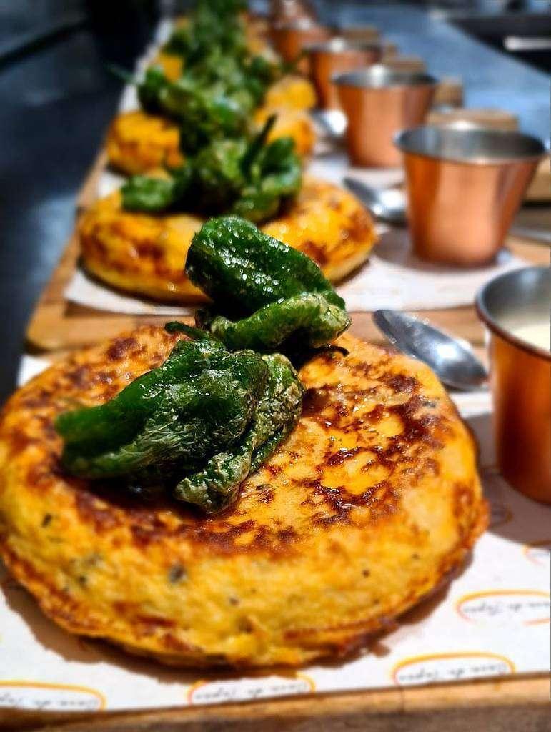 Espectaculares tortillas de patatas acompañadas de pimientos verdes fritos. (Cedida)