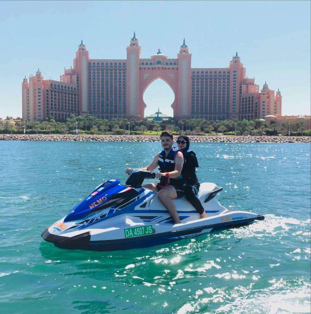 Turistas disfrutan de una moto acuático ante el hotel Atlantis en La Palmera de Dubai. (WAM)