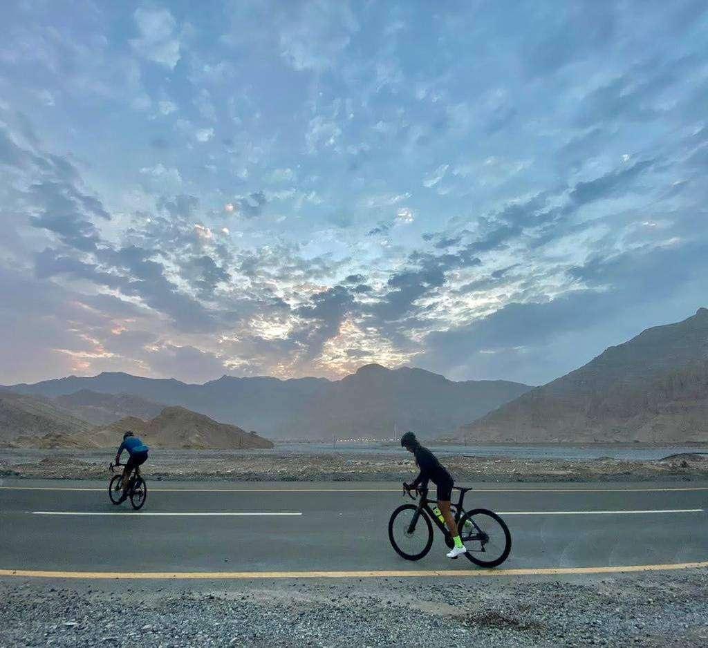 Los dos ciclistas venezolanos antes de comenzar el ascenso a Jebel Jais. (María Pirén Enciso)