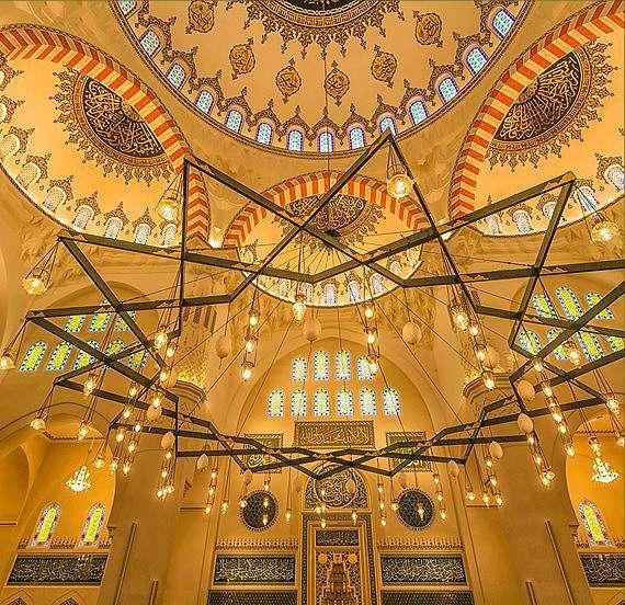 El rico diseño de la mezquita es ejemplo de moderno arte islámico. (WAM)