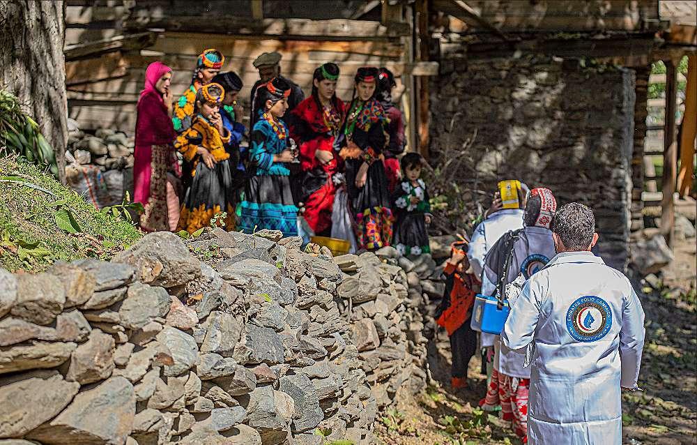 Familias aguardan en Pakistán a que sus hijos reciban la dosis contra la poliomelitis. (WAM)
