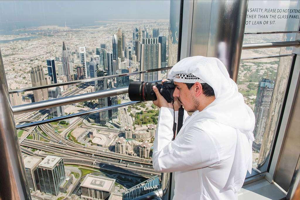Visitante toma imágenes de Dubai desde el Burj Khalifa, edificio más alto del mundo. (WAM)
