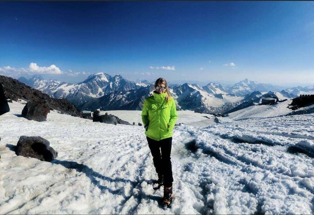 Isabel Argüelles durante el ascenso a la cima de Europa. (Cedida)