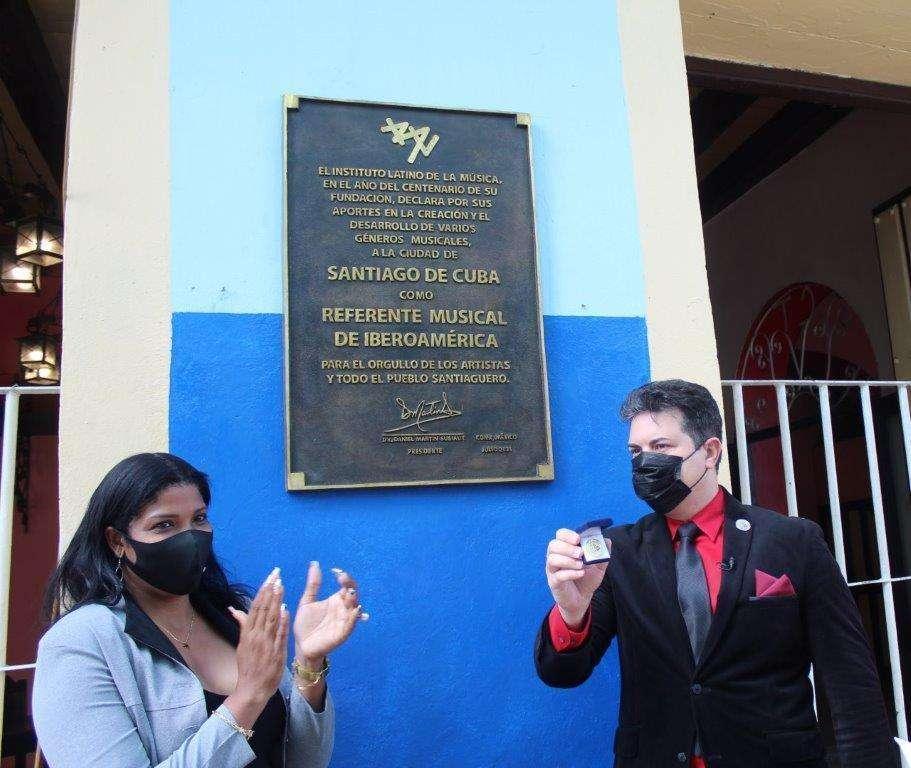 Martín Subiaut muestra el sello acreditativo a Yaneydis Hechavarría, alcaldesa de Santiago de Cuba, tras descubrir la placa conmemorativa en la  Casa de la Trova. (Sergio Martínez Martínez)