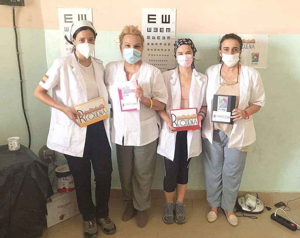De izquierda a derecha, Celia Pérez, la doctora Sánchez-Ramos, Cecilia Díaz y María Fernanda Sánchez, muestran en Senegal los logos de la Fundación Ciudad de Requena y de CC ONG. (EL CORREO)