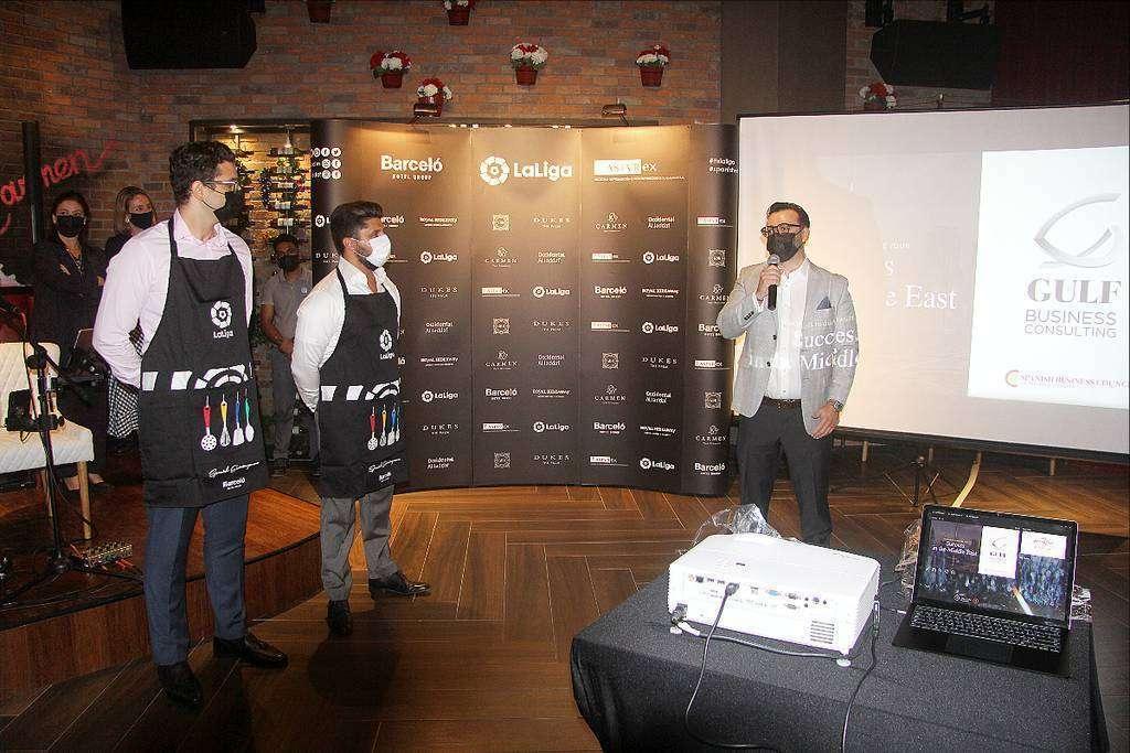 José Diego Manzanera, CEO de Gulf Business Consulting -izquierda-, interviene en presencia de dos asistentes ataviados con el delental conmemorativo del Festival Gastronómico Spanish Extravaganza. (EL CORREO)