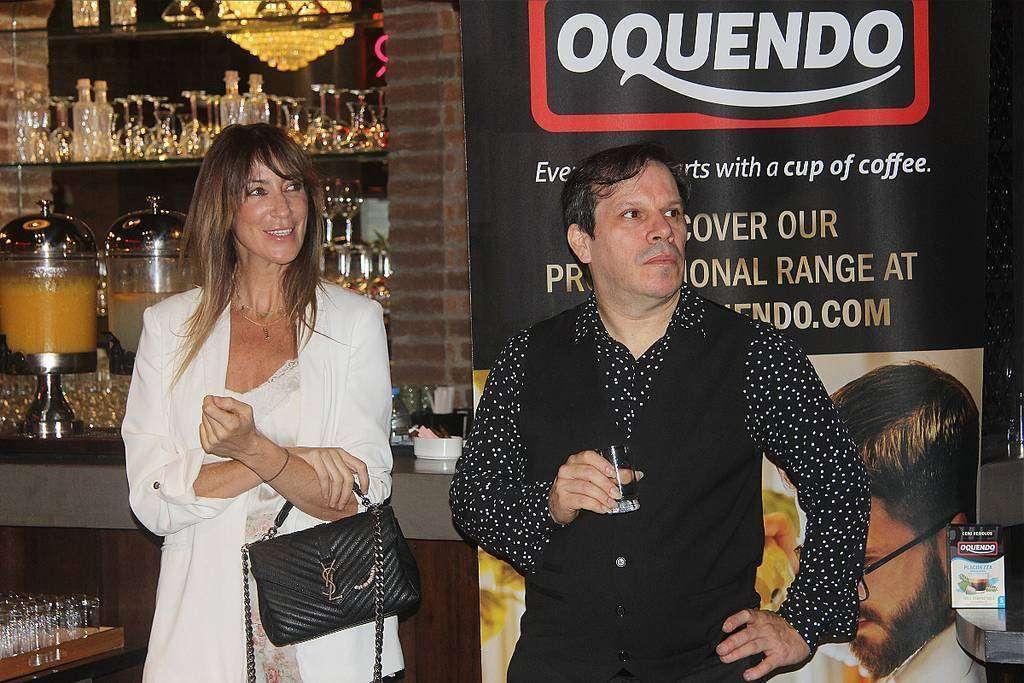 La empresaria española Raquel Reina junto a guitarrista Germán Cova. (EL CORREO)
