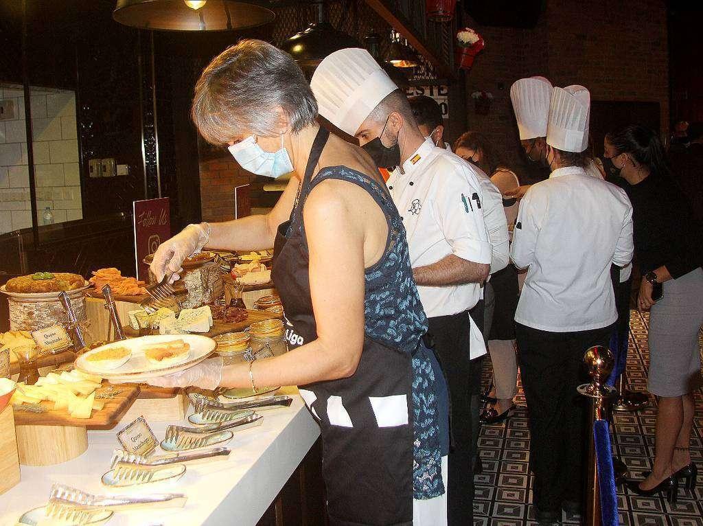 Asistentes disfrutan del extraordinario desayuno buftet preparado en Carmen por el chef Juan Carlos Bautista. (EL CORREO)