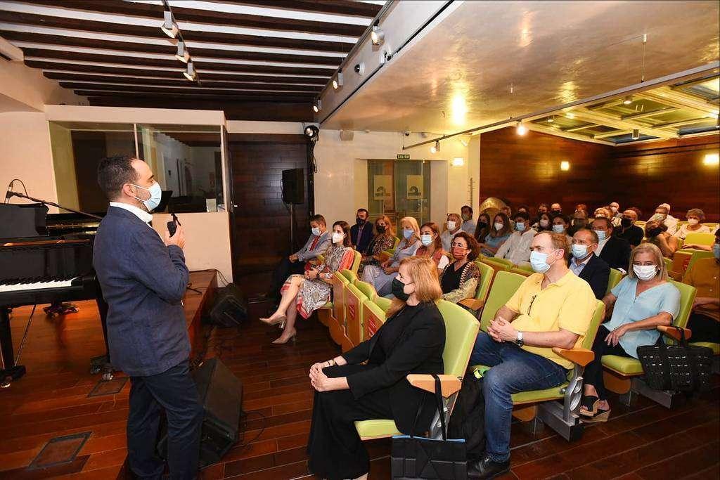 El concierto fue presentado por el coordinador de Casa Árabe en Córdoba, Javier Rosón. (Casa Arabe / Chencho Martínez)