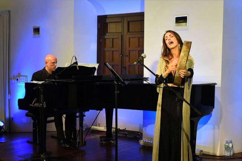 Isabel Cañada junto al pianista Elías Romero durante la puesta en escena de 'Sonore Al Andalus'.(Casa Arabe / Chencho Martínez)