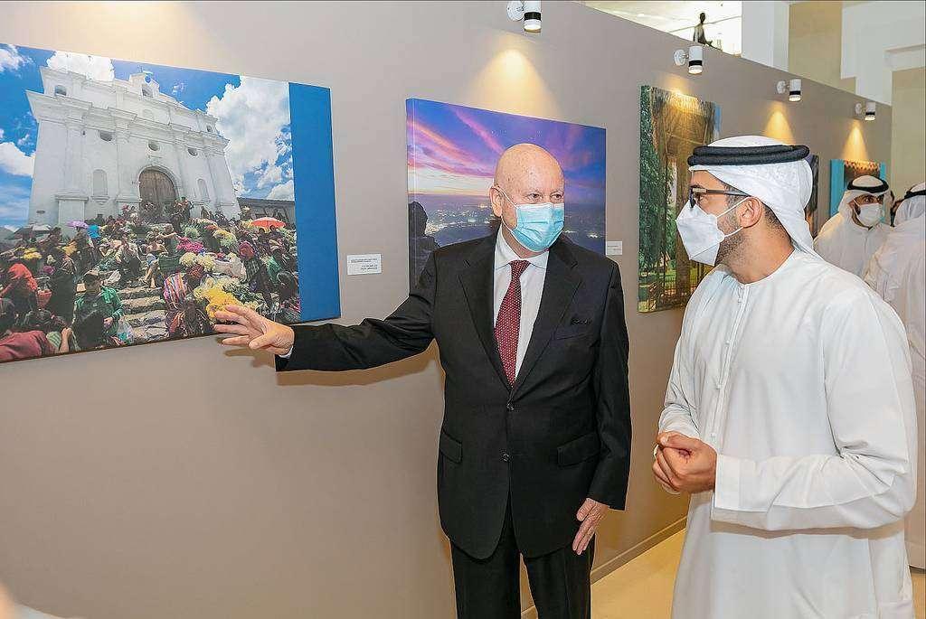 El embajador Pira recorre la exposición acompañado del jeque Fahim Al Qasimi. (WAM)