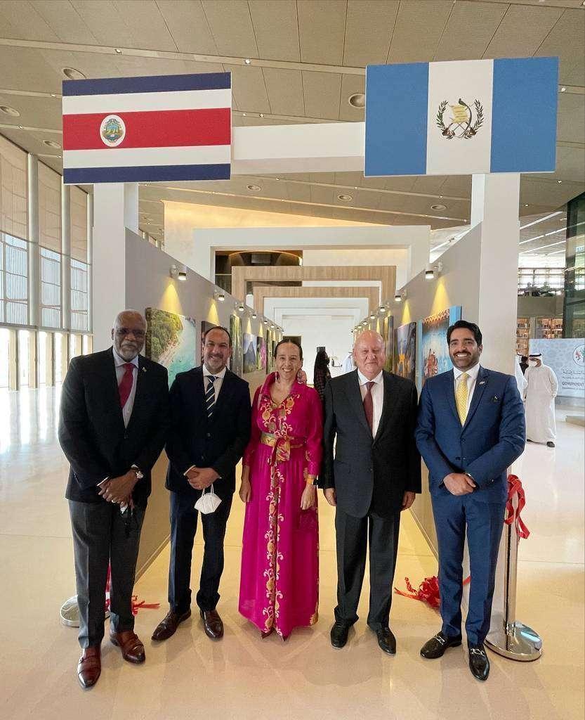 De izquierda a derecha, los embajadores de Dominica, Chile, México, Guatemala y República Dominicana en Emiratos Árabes Unidos, durante el acto. (EL CORREO)