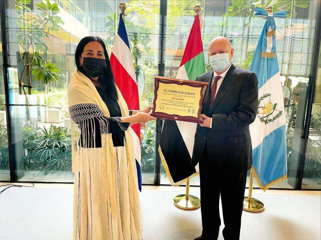 El embajador de Guatemala, Lars Pira, recibe de manos de Amelia Cruzado la placa con la que EL CORREO DEL GOLFO rinde homenaje al país con ocasión del Bicentenario. (EL CORREO)