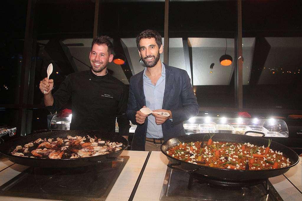 El chef Juan Ramón Sobero -izquierda- y Daniel Rosado ante las espectaculares y exquisitas paellas en Dubai. (EL CORREO)