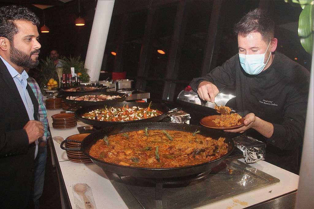 El chef de Casa de Tapas sirve sus espectaculares paellas. (EL CORREO)