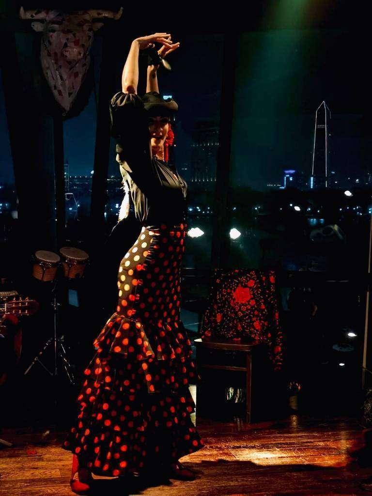 Raquel Reina, durante su actuación en el Día Mundial de la Paella en Dubai. (EL CORREO)