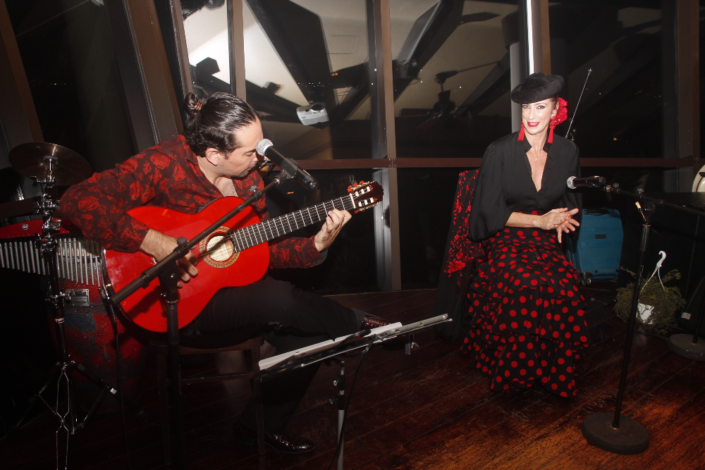 El guitarrista Sergio Catalán y la bailaora Raquel Reina, sobre el escenario en el Día Mundial de la Paella en Dubai. (EL CORREO)