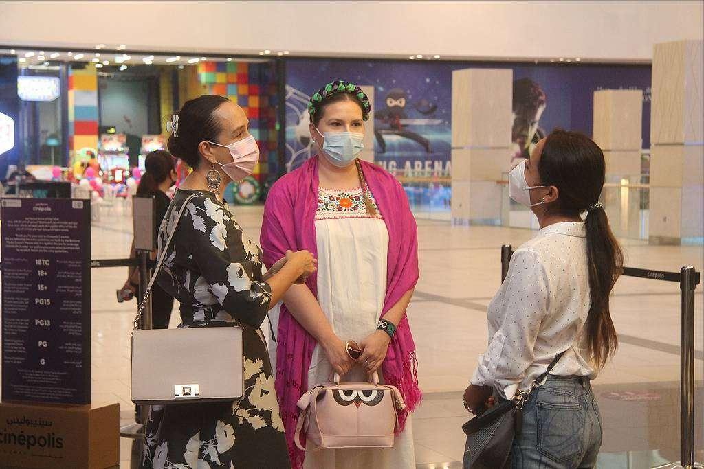 La embajadora Elizabeth Méndez conversa con varios asistentes al estreno de 'Gémelos Cósmicos' en  Cinépolis Cinemas de Oasis Mall en Sharjah. (EL CORREO)