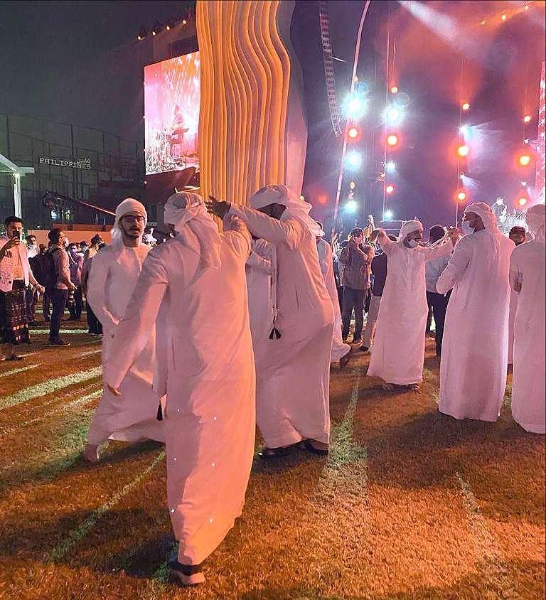 Emiratíes bailan durante el concierto de Miguel Poveda en Expo 2020 Dubai. (María Pirén Enciso Paladino)