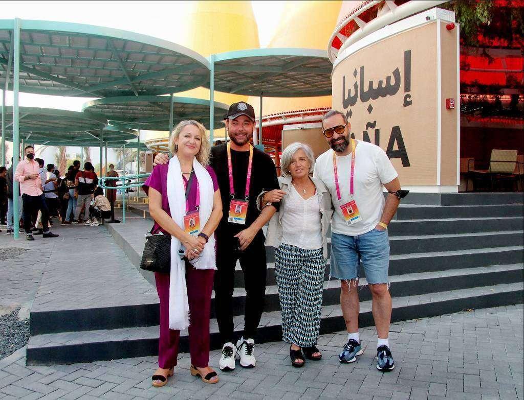 De izquierda a derecha, Isabel Izquierdo, Miguel Poveda, Carmen Bueno y Alain Pérez, en la entrada del Pabellón de España en Expo 2020 Dubai. (Cedida)