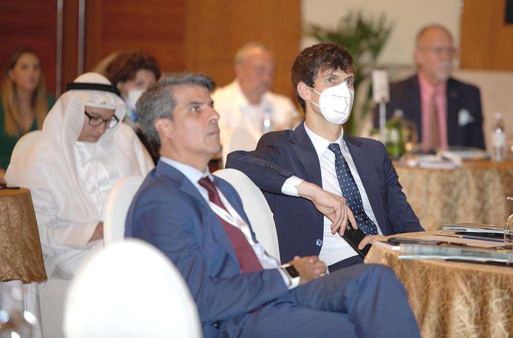 En primer término, Andrés Salinero, consejero económico y comercial de la Embajada de España en Emiratos Árabes, durante el foro. (Cedida)