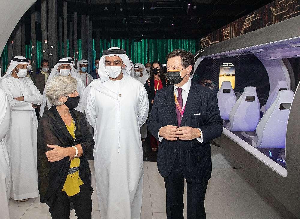 El viceprimer ministro y ministro del Interior de Emiratos Árabes, el jeque Saif bin Zayed, recorre el Pabellón de España acompañado del embajador y de la comisaria. (Cedida)