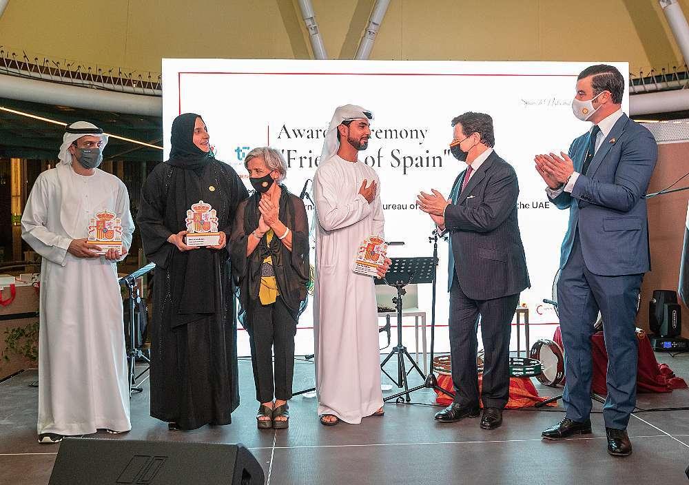 Los reconocidos con los Premios Amigos de España junto a los representantes de España tras recibir los galardones. (Cedida)
