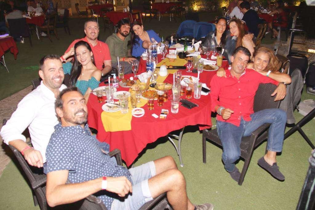 Españoles en el restaurante Seville's de Dubai. (Richard Ramos / EL CORREO)