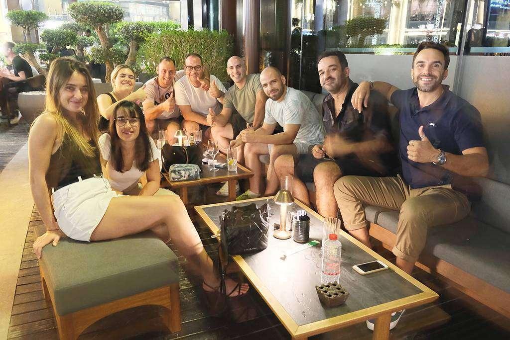 Españoles en el restaurante 99 Sushi Bar de Dubai. (Richard Ramos / EL CORREO)